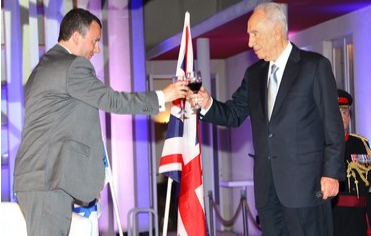 Presdient Peres & Ambassador Gould toast Britain's queen - Photo Mati Milstein, courtesy of the British Embassy