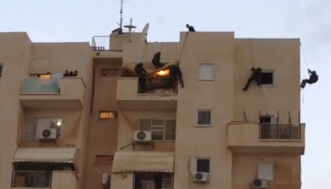 Israel's elite SWAT team performs rooftop rescue - Screenshot