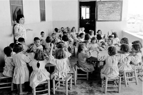 Palestinian UNRWA kindergarten refugee girls learn in a Jordanian classroom at the Jabal Hussein camp in 1961 - Image: UNphoto:PBB