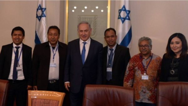 PM Benjamin Netanyahu with visiting delegation of Indonesian journalists in Jerusalem at the Prime Minister's Office on 28 March 2016. - Photo: Haim Tzach:GPO.png
