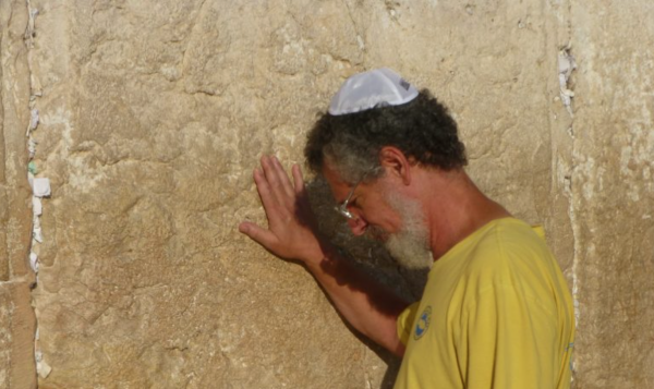 jewish-worshiper-at-the-kotel-western-wall-photo-israelandstuffpp