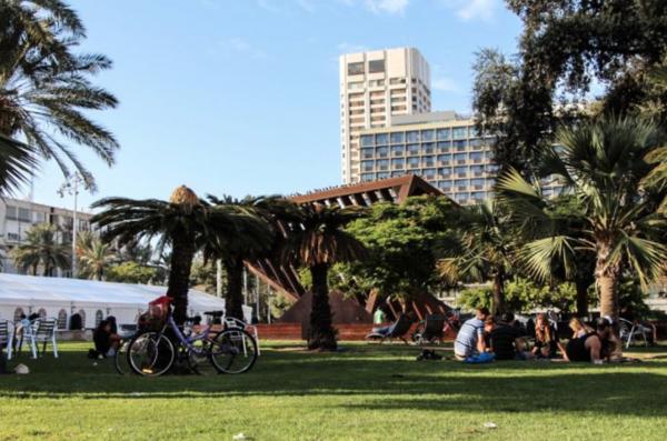 Israelis relax at Tel Aviv's Rabin square on Yom Kippur- Photo: Jessi Satin