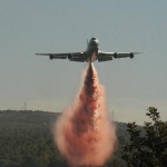 The U.S Supertanker drop gallons during the Mount Carmel forest wild-fires in Israel, 5 Dec 2010. - Photo Wikimedia Commons,ShacharLA