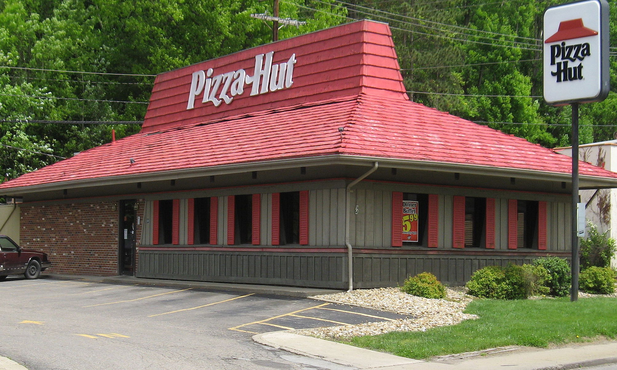 history of pizza hut For nearly six decades, pizza hut has been slinging hot, cheesy pies to hungry consumers all over the world there are more than 15,000 locations in over 90 countries, and pizza hut us's parent company, yum brands, is no 713 on the forbes global 2000 list with an estimated market cap of $346.